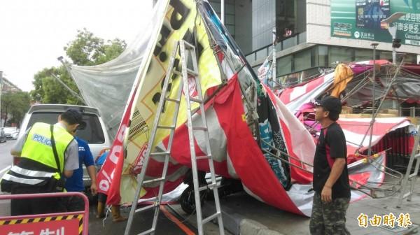 特賣會的大型遮雨棚不敵瞬間強風竟應聲倒塌,警方到場釐清責任歸屬。(記者許國楨攝)