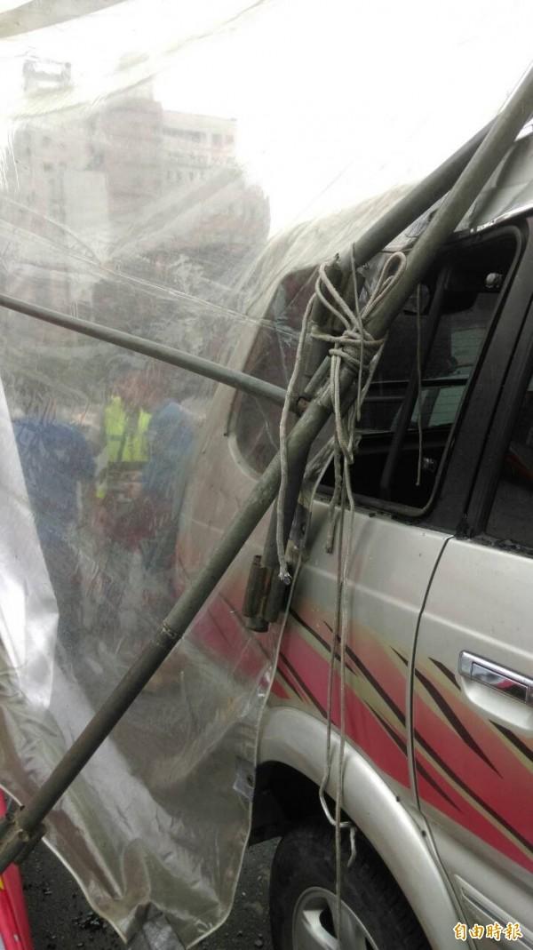 造成車窗玻璃當場碎裂波及車內小女孩。(記者許國楨攝)