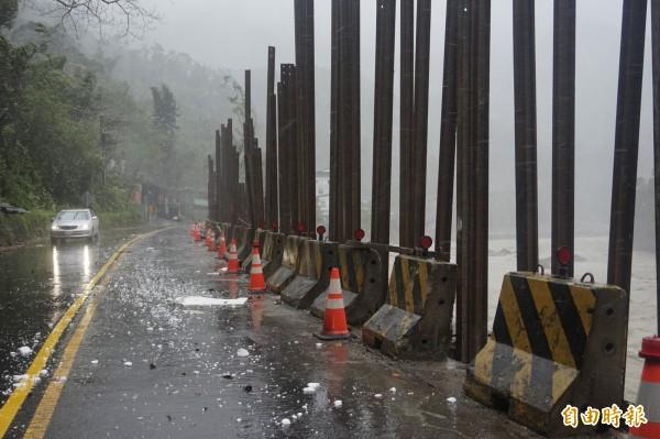 杜鵑風強雨驟,新烏路9k處已封閉,不開放通行。(記者張安蕎攝)