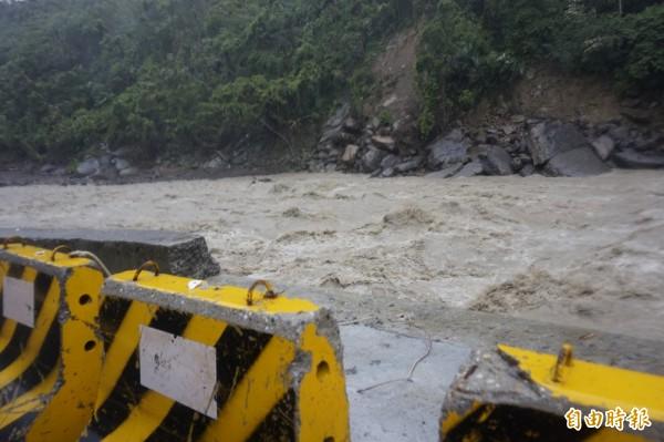 新烏路9k處半邊橋因地勢較低,現已傳出淹水災情。(記者張安蕎攝)
