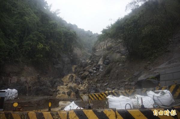蘇迪勒颱風造成台9甲線新烏路10.5k大崩塌,為預防杜鵑強颱,工務局已將坡面噴漿、堆放沙包防堵土石流。(記者張安蕎攝)