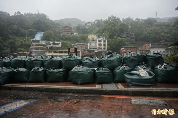 杜鵑颱風來襲,烏來老街空屋一人,觀光大橋堆起大批沙包。(記者張安蕎攝)