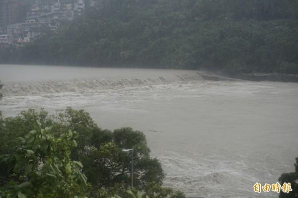 適逢中秋節期間的大潮及杜鵑颱風挾帶大雨影響,北勢溪滾滾黃水暴漲,場面怵目驚心。(記者張安蕎攝)