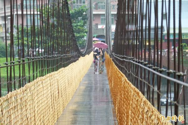受強颱杜鵑襲台影響,嘉義縣番路鄉觸口的天長地久吊橋,遊客寥寥無幾。(記者蔡宗勳攝)