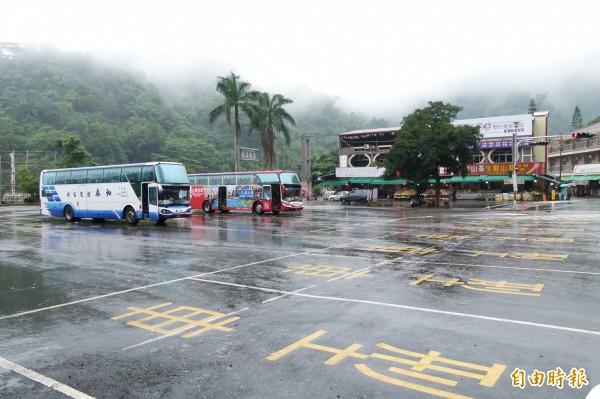 觸口原本車水馬龍,受颱風影響,今天只有少數中客到此一遊。(記者蔡宗勳攝)