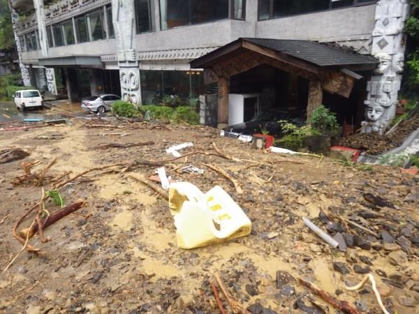 那魯灣觀光飯店門口遭土石堵住,所幸老闆夫婦與員工5人生命無虞。(記者徐聖倫翻攝)