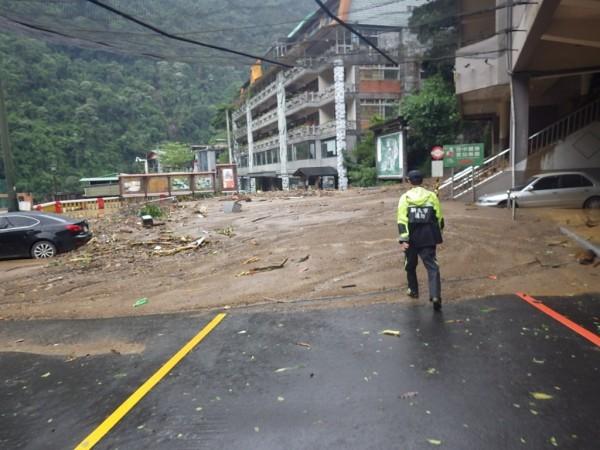 消防人員29日上午已與那魯灣觀光飯店受困人員接觸。(記者徐聖倫翻攝)