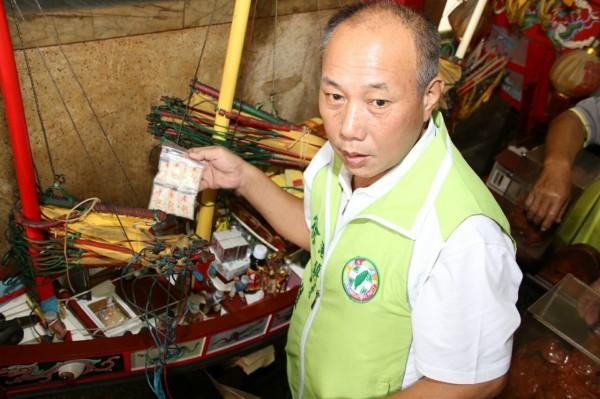 東港鎮長徐志雄為王船放上「米包」備糧草。(東港轎伕驛站文創工房提供)