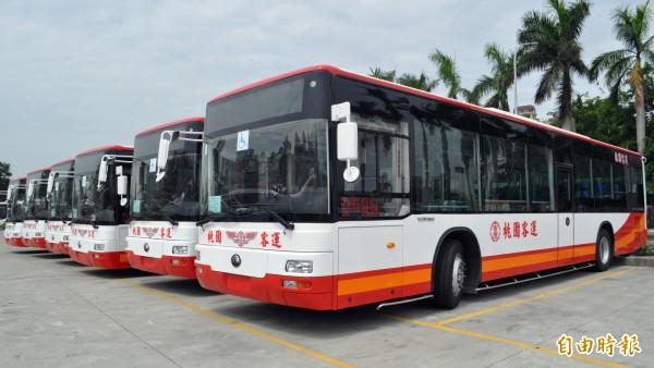 桃園客運新路線「188」、「707」採用新低地板公車載客,車輛全新設計圖案。(記者李容萍攝)