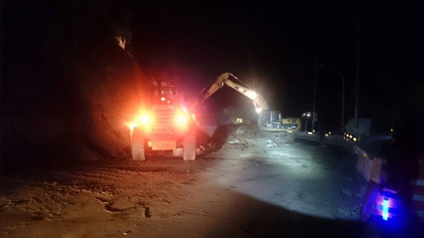蘇花公路116.7公里路段落石,在晚間9點43分清除,恢復雙向通行。(圖由公路總局提供)