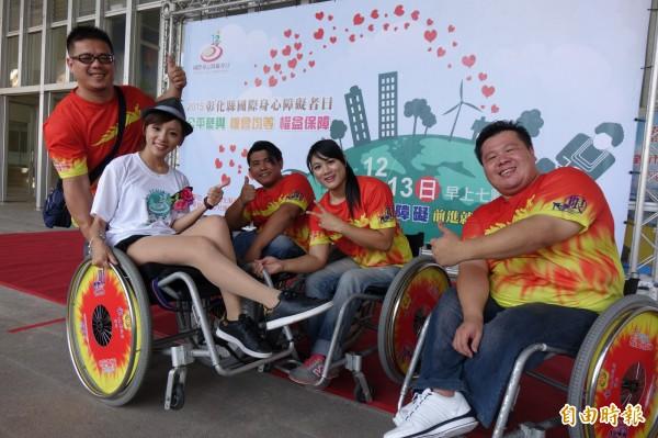 人氣主播王蕾雅擔任彰化縣公益路跑當代言人,秀出美腿,體驗身障者輪椅路跑。(記者劉曉欣攝)