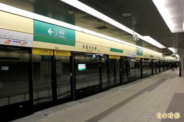 捷運台北小巨蛋站即日起在列車入站時,新增英語播報,便於外籍乘客聽音辨位。(記者郭逸攝)