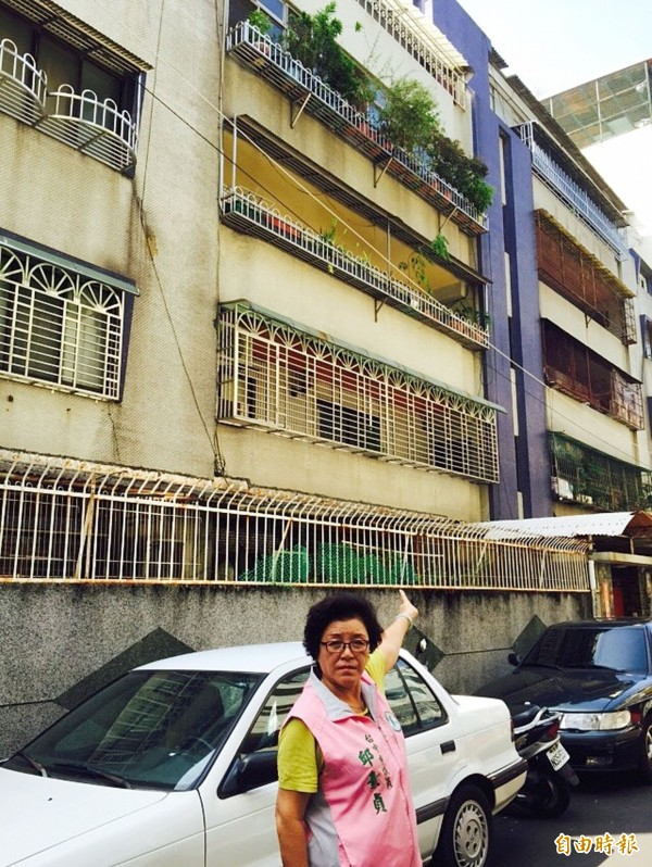 台中市南區正義街一帶有許多屋齡超過40年老舊公寓,亟需增設電梯造福銀髮族。(記者黃鐘山攝)