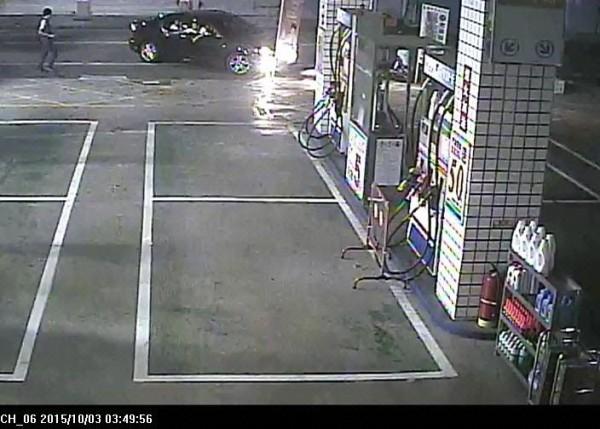 監視器拍到涉嫌打傷人的青少年開車到加油站買汽油。(記者李立法翻攝)