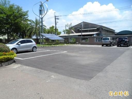 岡山土地目前作為停車場使用。(記者陳文嬋攝)