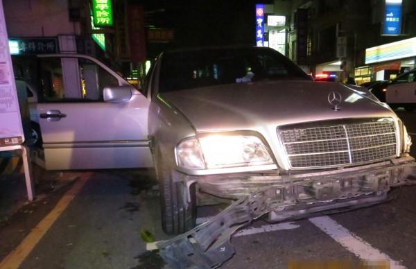 開賓士車的黃姓男子,前晚酒駕撞上公車和小客車,前保險桿、車身都損壞。(記者陳建志翻攝)