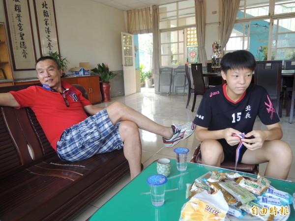 為爭取謝靖瑩(右)加入北辰國小女童排球隊,前教練黃國賢(左)提供她食宿。(記者陳燦坤攝)