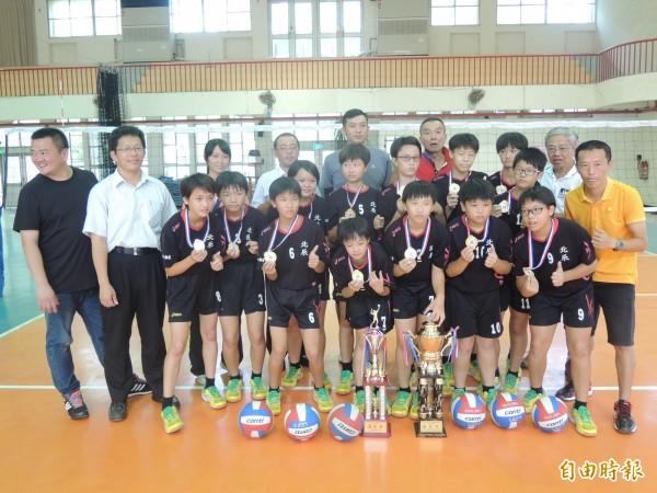 北辰國小女童排球隊最近在兩次全國性賽事拿下冠軍。(記者陳燦坤攝)