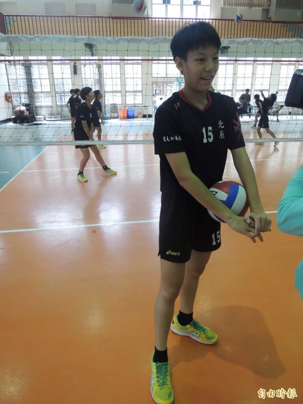 謝靖瑩今年加入北辰國小女童排球隊,一圓自己的冠軍夢。(記者陳燦坤攝)