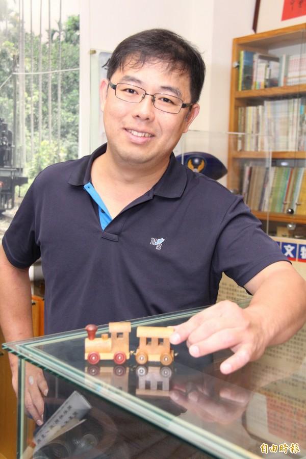 福井鐵道文物館創辦人陳朝強,第一個鐵道收藏品是木製小火車。(記者陳冠備攝)