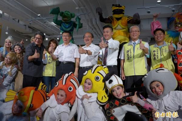 紙風車劇團9日起在新竹市文化公園舉辦2015創意園遊會,上午舉行開幕記者會,包括台北市長柯文哲(二排左四)、立院黨團總召柯建銘(二排右四)都到場擔任貴賓。(記者王駿杰攝)
