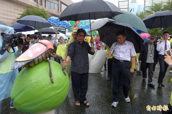 會後柯文哲(右)前往文化公園展區參觀。(記者王駿杰攝)