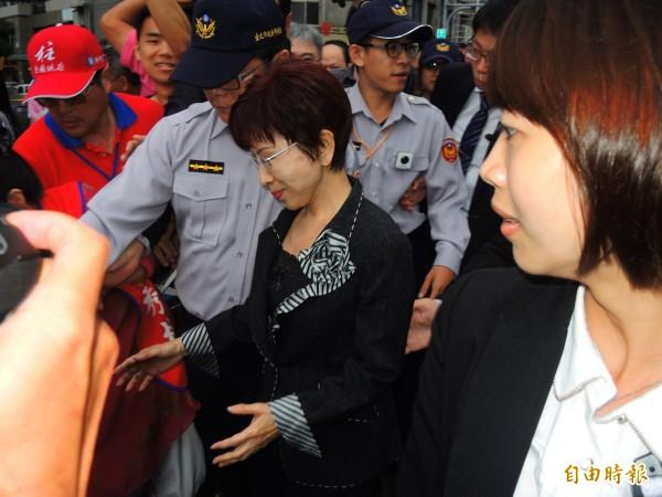 國民黨總統參選人洪秀柱走出中央黨部,走進「挺柱」群眾。(記者林良昇攝)