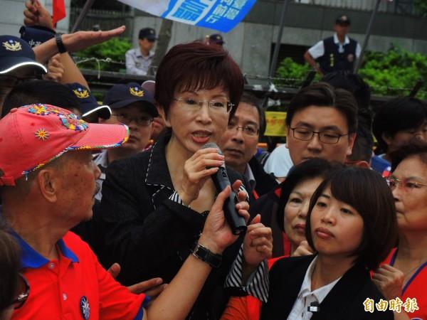 洪秀柱向群眾喊話,要得到所有黨代表的支持。(記者林良昇攝)