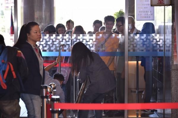 國慶包「嗡嗡包」限量市府開賣,一早就排了數十人。(北市觀傳局提供)