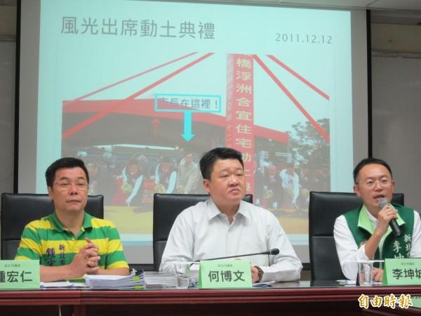 市議員李坤城(右起)、何博文、鍾宏仁早上召開記者會,質疑市府在興建過程包庇施工單位。(記者何玉華攝)