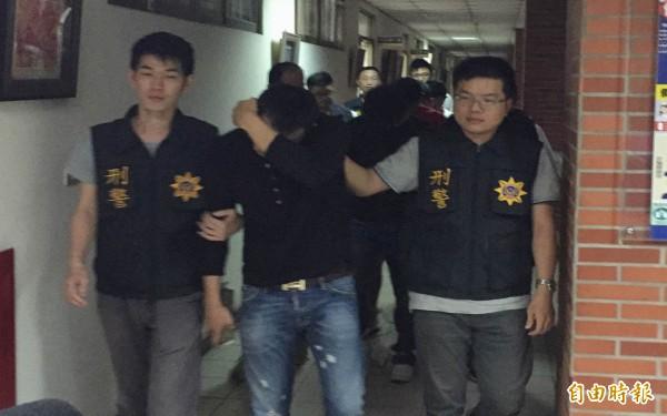 彰化警方循線將詐騙集團首腦郭建男(中)等10名嫌犯查獲到案。(記者湯世名攝)