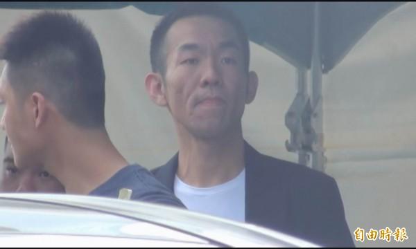 詐騙集團首腦郭建男(右)率眾參加前槍擊要犯「鬼見愁」黃主旺的喪禮,被警方監控蒐證。(記者湯世名翻攝)