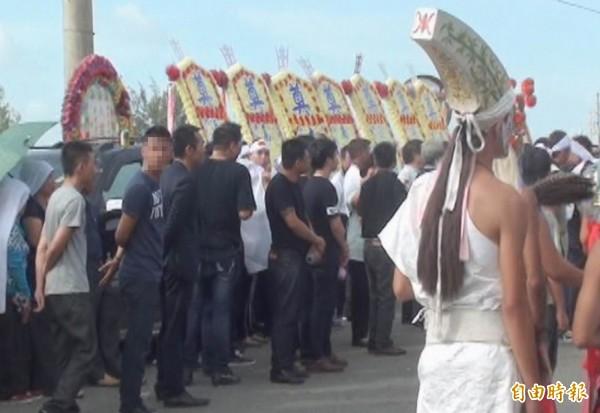 詐騙集團首腦郭建男率眾參加前槍擊要犯「鬼見愁」黃主旺的喪禮,被警方監控蒐證。(記者湯世名翻攝)