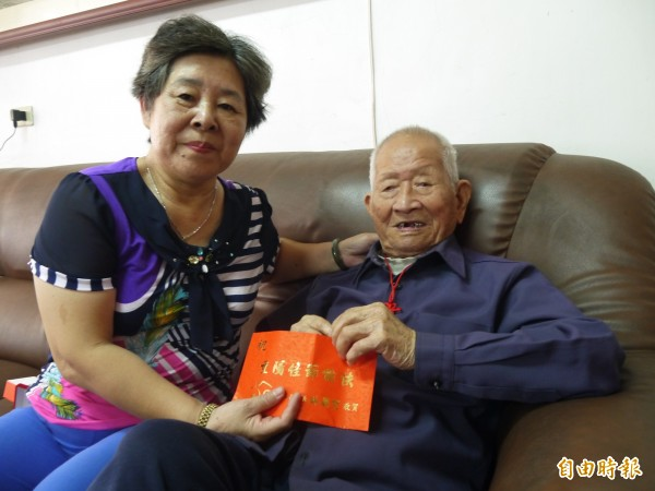林聰賢在重陽節前夕拜訪高齡一0一歲呂樹根(右)。(記者簡惠茹攝)