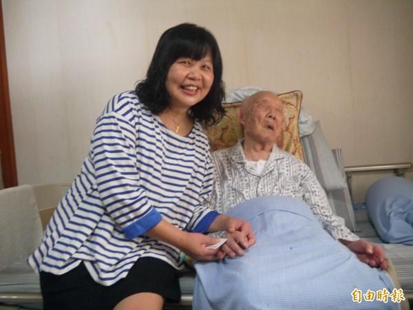 小女兒王多慈(左)說王攀元參加美術館開展後非常開心。(記者簡惠茹攝)