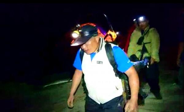 仁愛消防等搜救人員一揹一抬,將合歡山北峰身體不適的女山友揹下山。(記者陳鳳麗翻攝)