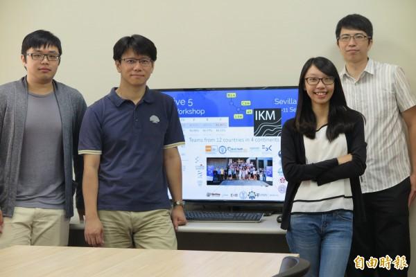 成大資訊所團隊在「國際生物文獻自動探勘競賽」中,奪世界首獎。由右至左分別為徐褘佑、李昕純、高宏宇、方傑。(記者劉婉君攝)