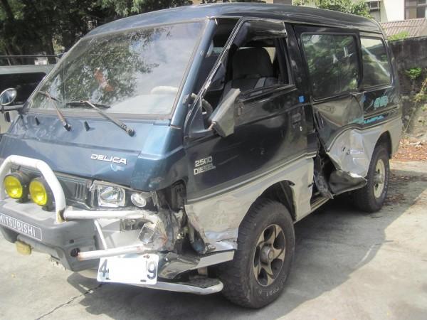 張嫌駕駛的廂型車,車身有多處撞擊痕跡。(記者歐素美翻攝)