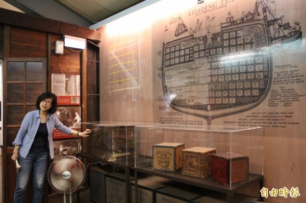 臺紅茶葉文化館總監羅怡華手指著精緻的茶箱說,從中也可以一窺台灣紅茶的輝煌史。(記者黃美珠攝)