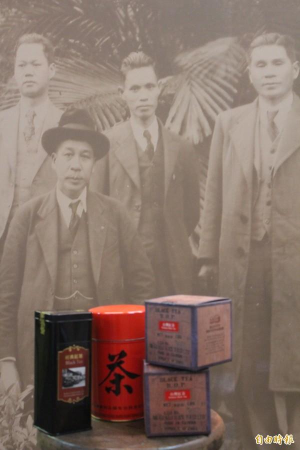 曾任台灣紅茶公司董事長的前新竹縣議員羅享彩(老照片中右2)這次將在孫輩的安排下,重新走出歷史,用詩集、老照片述說他當年行銷圖下台灣紅茶公司茶葉的辛勤。(記者黃美珠攝)