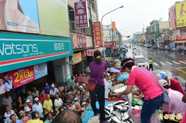 台南市虱目魚養殖協會、學甲食品免費送虱目魚給長者。(記者楊金城攝)