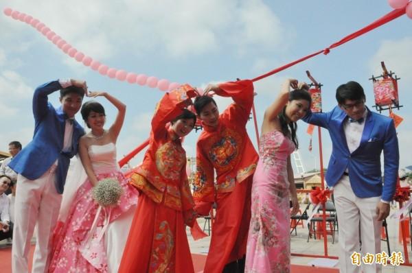 新竹縣縣民集團結婚,新人穿上傳統禮服和客家意象婚紗,十分亮眼。(記者廖雪茹攝)