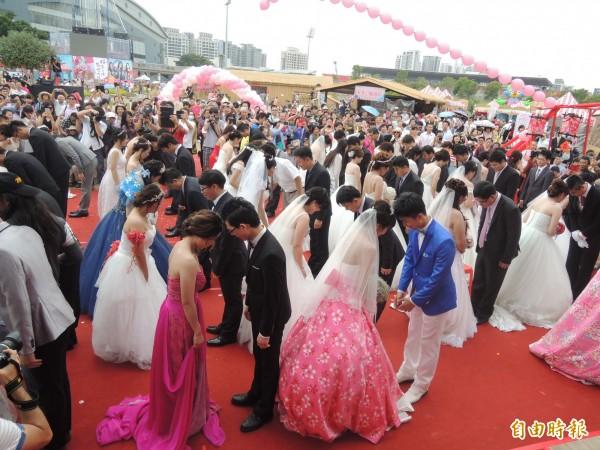51隊佳偶今天參加新竹縣集團結婚,夫妻進行對拜儀式。(記者廖雪茹攝)