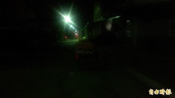 水公司開挖路面接斷管,入夜停工未掛上夜間警示燈,知本社區居民怒怨。(記者陳賢義攝)