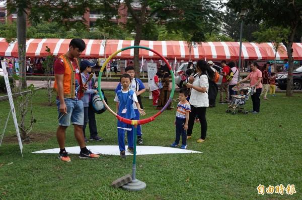 小朋友在教會日體驗不同文化活動 (記者黃文鍠攝)