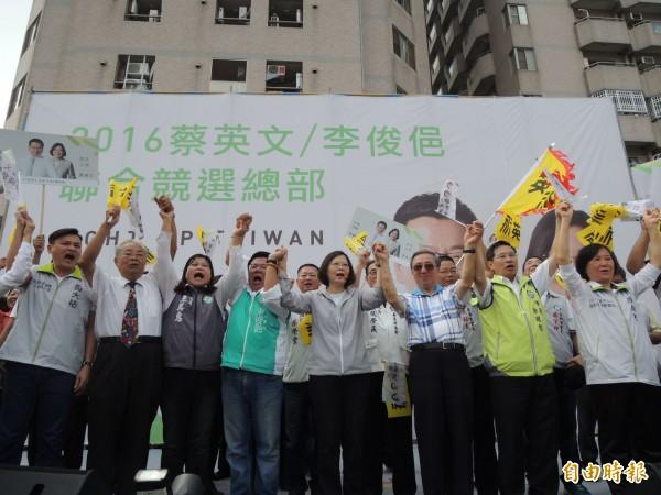 蔡英文與李俊俋聯合競選總部上午成立,兩人手拉手與支持者高喊「凍蒜」。(記者王善嬿攝)