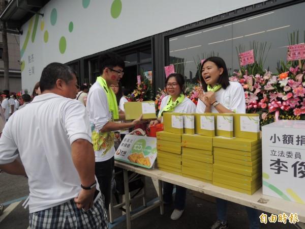 嘉市立委參選人李俊俋競選總部成立,門口也擺放文創小物販售,爭取民眾小額捐款支持。(記者王善嬿攝)