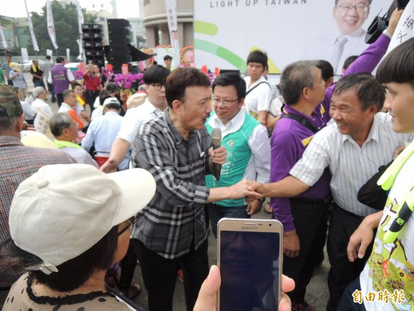 前立委余天昨替李俊俋站台,演唱招牌歌曲時民眾熱情拍照、握手。(記者王善嬿攝)