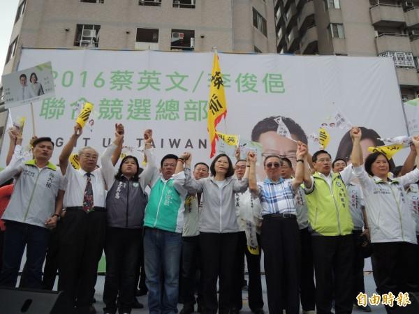 民進黨總統參選人蔡英文昨與李俊俋一起請託鄉親,讓台灣再次政黨輪替。(記者王善嬿攝)