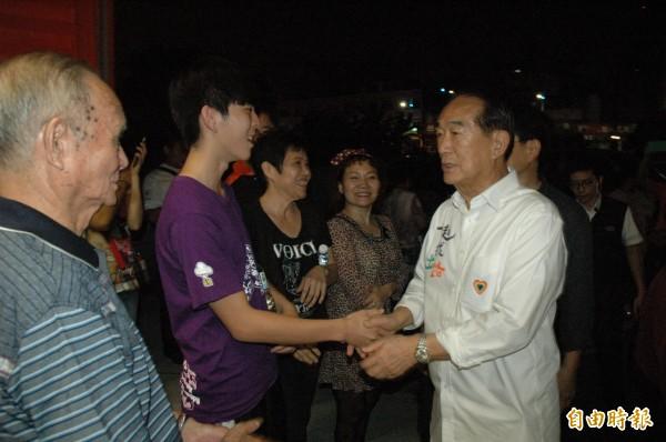 宋楚瑜到高雄競選總部與幹部座談,受到支持者歡迎。(記者方志賢攝)
